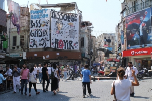 Protest-Transparente von Çarşi-Fans im Stadtteil Beşiktaş. © Harald Aumeier